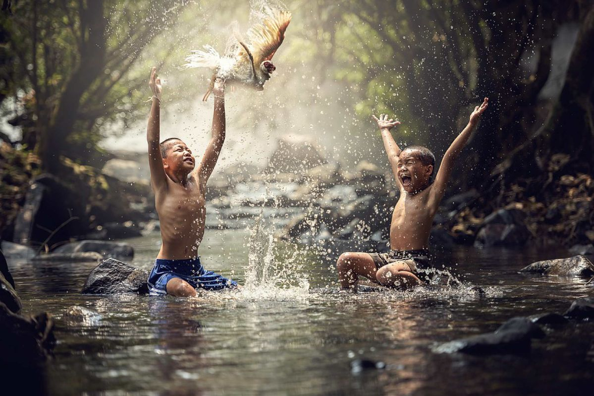 kids play in water
